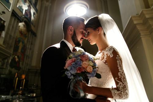 Brautpaar bei kirchlicher Trauung