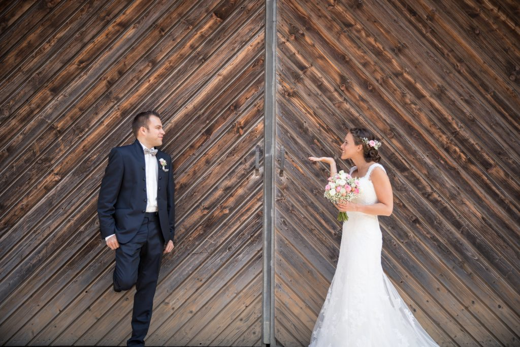 Brautpaar-am Tor-Janine-Andi