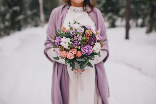 Winterhochzeit Brautkleid Farbakzente
